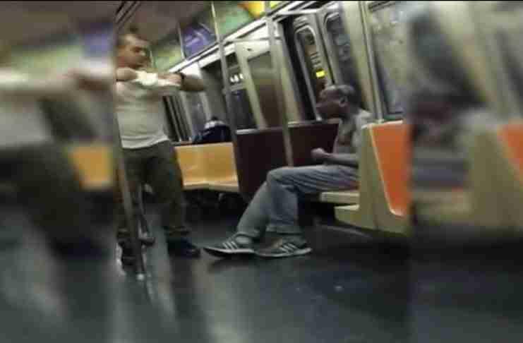 Ένας άντρας πλησιάζει έναν άστεγο στο τρένο. Αυτό που ακολουθεί είναι κάτι που δεν το βλέπεις συχνά..