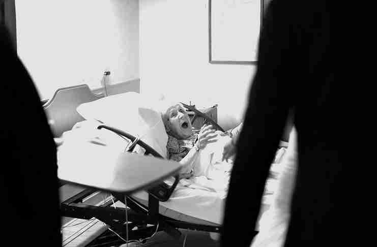 Νύφη και γαμπρός έκαναν μια στάση στο νοσοκομείο για να κάνουν έκπληξη στην 91χρονη γιαγιά