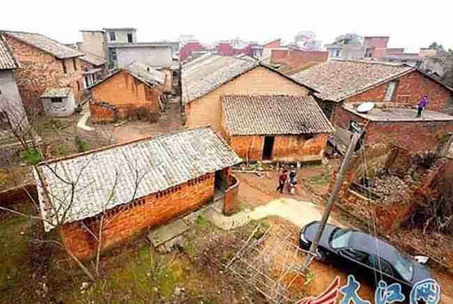 Εκατομμυριούχος κατεδάφισε ένα ολόκληρο χωριό! Προσέξτε τι έχτισε στη θέση του