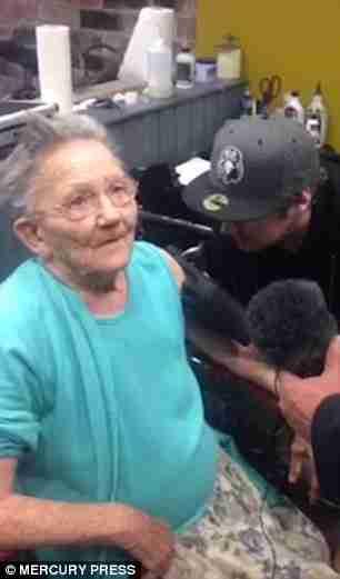 Μια γιαγιά το έσκασε από το Γηροκομείο. Όταν επέστρεψε είχε κάτι στο αριστερό της χέρι..