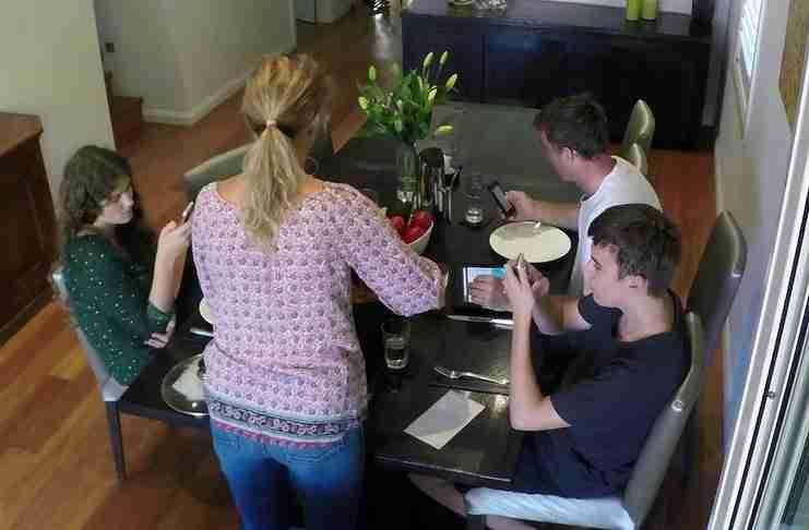 Κάθονται στο τραπέζι αλλά τα παιδιά ασχολούνται συνέχεια τα κινητά. Προσέξτε την τιμωρία τους..