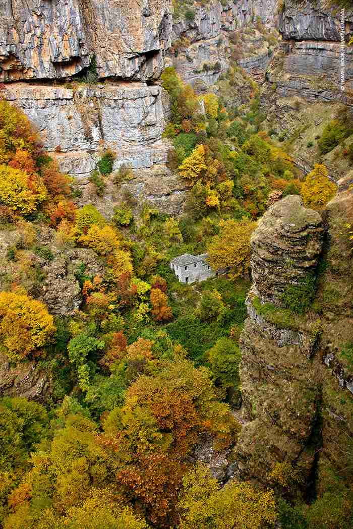 """Δυο Ελληνικά χωριά """"πέτρινα κοσμήματα"""" που τα χωρίζει ένα ερμητικό ποτάμι. Ομορφιά που κόβει την ανάσα"""