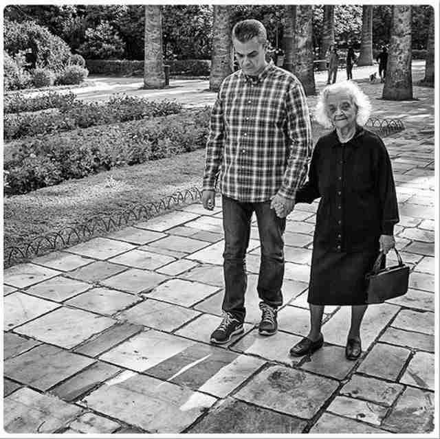 Μοιράζεται δύο φωτογραφίες με 47 χρόνια διαφορά. Τότε που ήταν παιδί και τώρα που η μητέρα του έχει άνοια.