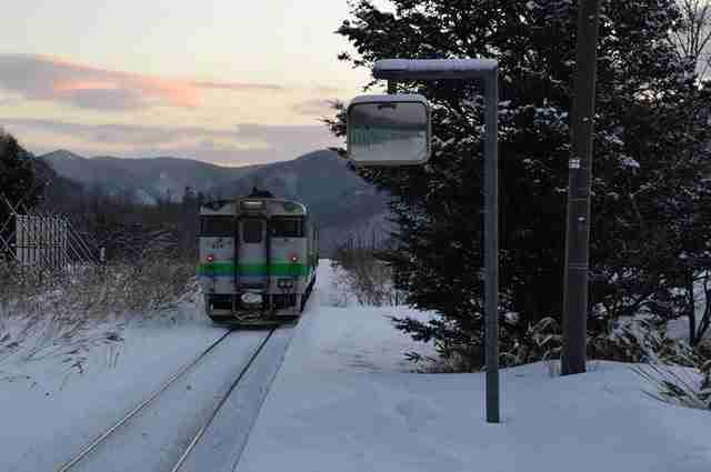 Σιδηροδρομικός σταθμός στην Ιαπωνία λειτουργεί μόνο για έναν επιβάτη. Ένα μικρό κoρίτσι..