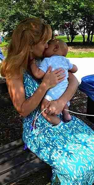 Υιοθετεί μωρά που δεν τα θέλει κανένας. Ο λόγος που το κάνει είναι υπέροχος!