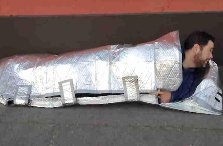 15χρονη κατασκεύασε αδιάβροχο, άφλεκτο υπνόσακο για τους άστεγους