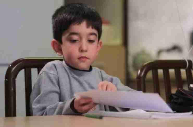 αποφασίζει να του στείλει ένα γράμμα με δυο μπαλόνια για να τον παρακαλέσει να κατέβει στη Γη για μόνο μια φορά..