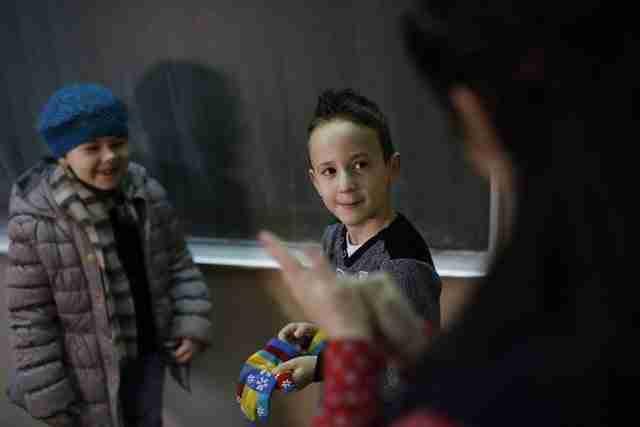 Μαθητές πρώτης δημοτικού μαθαίνουν νοηματική γλώσσα για να επικοινωνούν με κωφό συμμαθητή τους