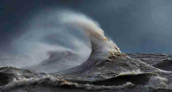Οι φωτογραφίες του θυμίζουν βουνά αλλά στη πραγματικότητα είναι κύματα μιας.. λίμνης!
