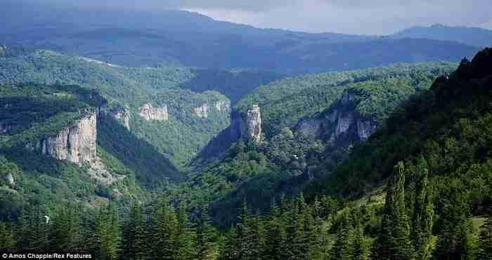 Η απίστευτη ιστορία ενός χειριστή γερανού που παράτησε τα πάντα για να ζήσει στη κορυφή ενός βράχου