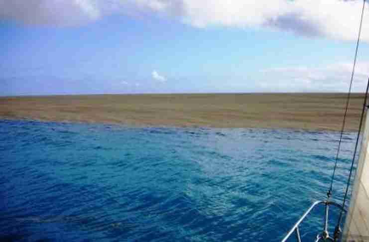 Ταξίδευαν στον ωκεανό όταν είδαν κάτι που τους κίνησε την περιέργεια. Είναι πολύ τυχεροί που ζουν για να το διηγηθούν..