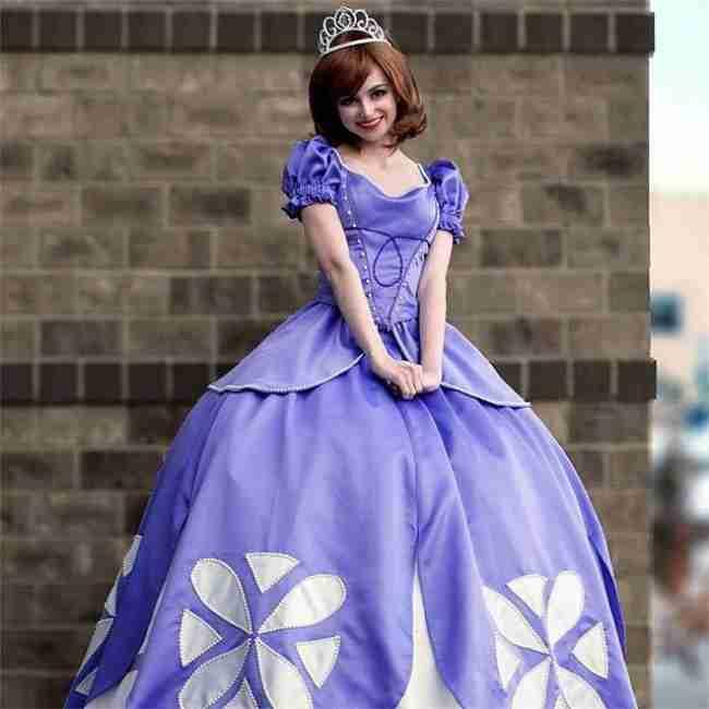 Αυτή η υπέροχη κοπέλα ντύνεται πριγκίπισσα για να προσφέρει εθελοντικά χαρά στα άρρωστα παιδάκια