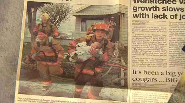 Αυτός ο πυροσβέστης έσωσε ένα μικρό κορίτσι. Δείτε τι έγινε 17 χρόνια αργότερα
