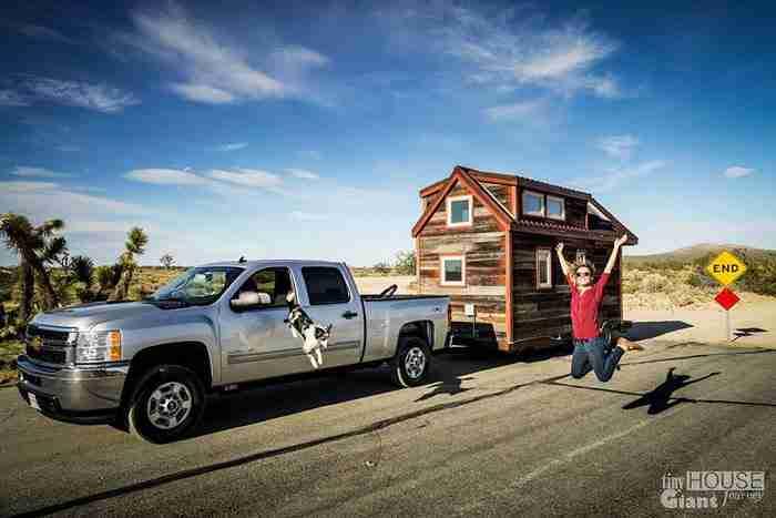 Παράτησαν τις δουλειές τους, έφτιαξαν ένα μικροσκοπικό σπίτι και ξεκίνησαν το ταξίδι..