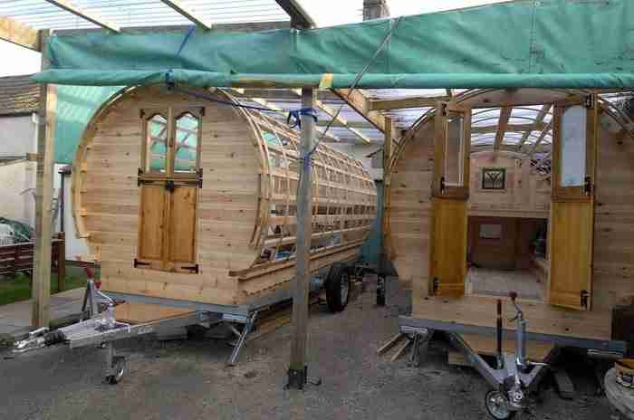 Κατασκεύασε τροχόσπιτο που θυμίζει τσιγγάνικο καραβάνι.. Αλλά δείτε το εσωτερικό του!