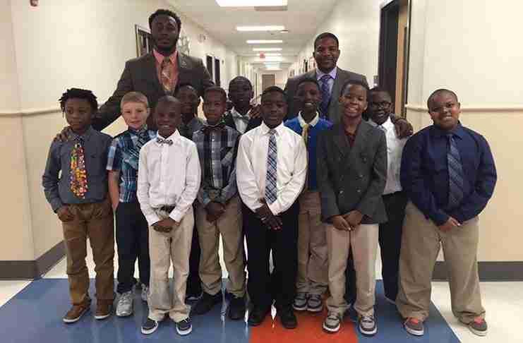 """Εκπαιδευτικός ξεκίνησε μια """"Λέσχη Κυρίων"""" για να διδάξει σε αγόρια χωρίς πατέρα μερικά μαθήματα ζωής"""