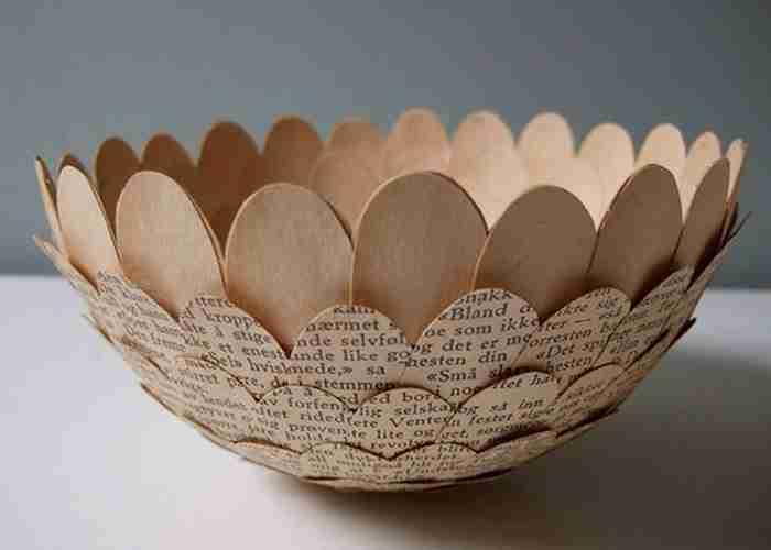 Βρίσκει παλιά βιβλία και περιοδικά και τα μετατρέπει σε όμορφα αντικείμενα!