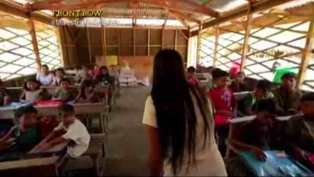 Αυτή η δασκάλα διασχίζει 5 ποτάμια και περπατάει τρεις ώρες για να κάνει μάθημα στους μαθητές της