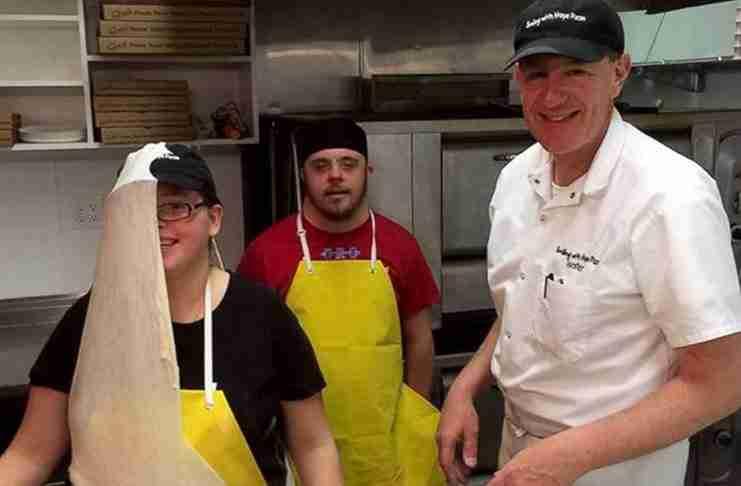 Άνοιξαν πιτσαρία και προσλαμβάνουν άτομα με αναπηρίες για να τους δώσουν μια ευκαιρία!