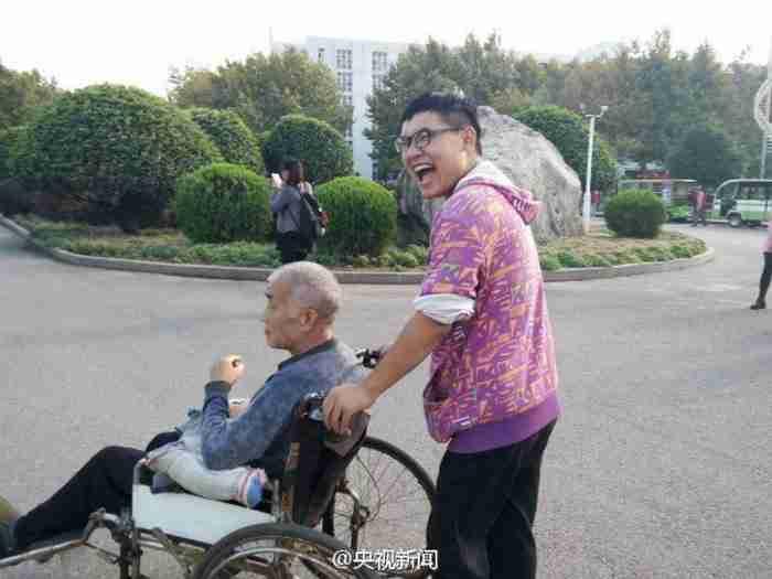 Ένας φοιτητής πήρε μαζί του στο Πανεπιστήμιο τον παράλυτο πατέρα του για να τον φροντίζει ενώ σπουδάζει