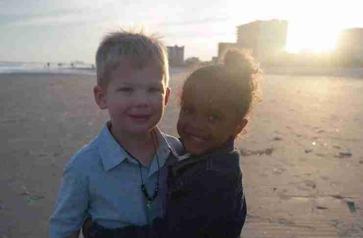 Η κόρη της συνάντησε ένα μικρό αγόρι στη παραλία. Αυτό που έκανε το αγόρι την άφησε άφωνη!