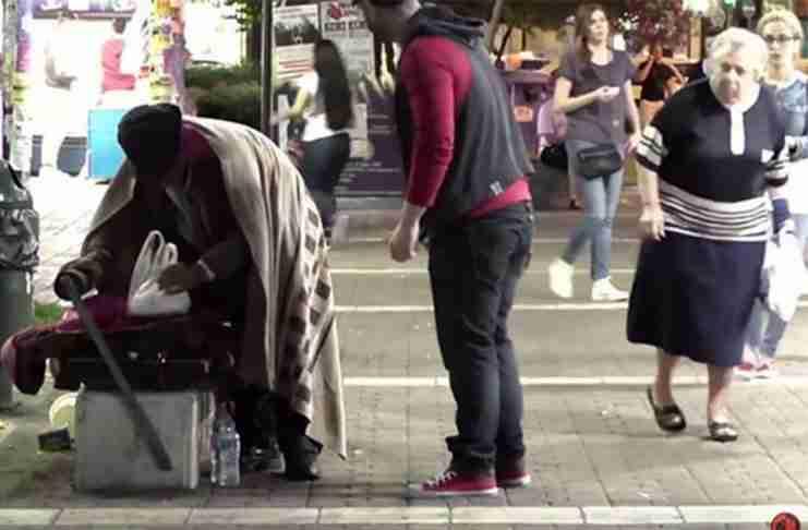 Ένας νεαρός γυρνάει στην Αθήνα και ζητάει φαγητό. Του δίνει αυτός που δεν περιμένεις..