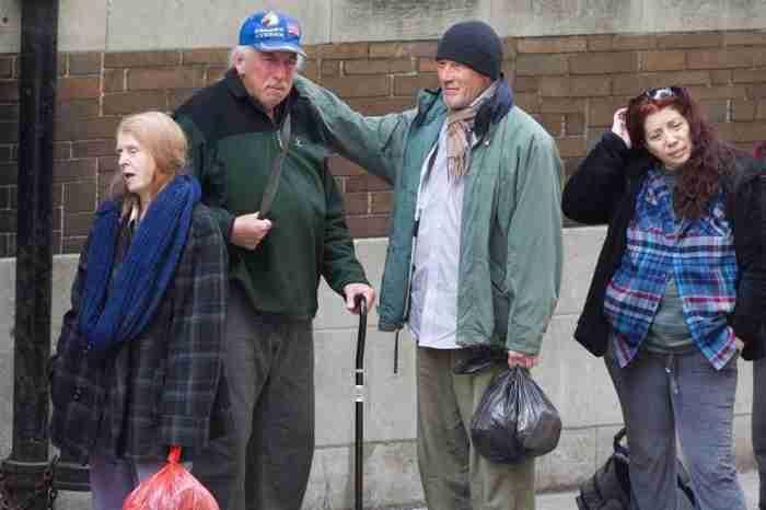 Μια τουρίστρια έδωσε φαγητό σε ένα άστεγο άντρα. Αλλά δεν μπορούσε να φανταστεί ποιος ήταν πραγματικά..