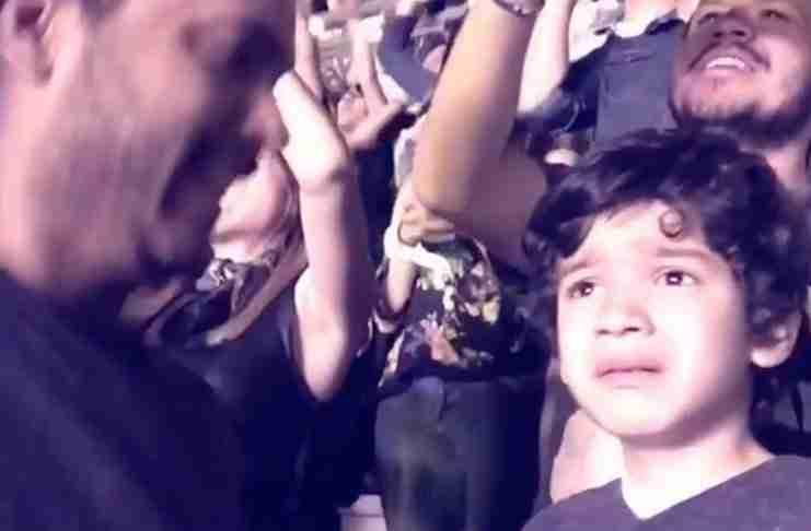 Πήγε τον αυτιστικό γιο του να δει το αγαπημένο του συγκρότημα. Η αντίδραση του παιδιού είναι συγκινητική!