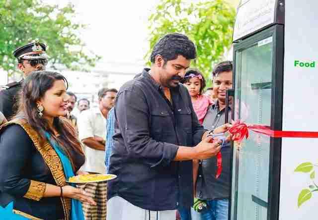 Εστιατόριο βγάζει ψυγείο στο δρόμο για να παίρνουν δωρεάν φαγητό οι πεινασμένοι άνθρωποι της πόλης