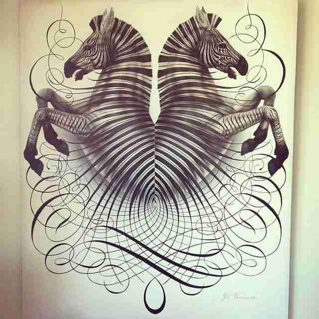 Ξεκινάει να ζωγραφίζει κύκλους. Το τελικό αποτέλεσμα; Μόνο 12 άνθρωποι στον κόσμο το κάνουν αυτό!