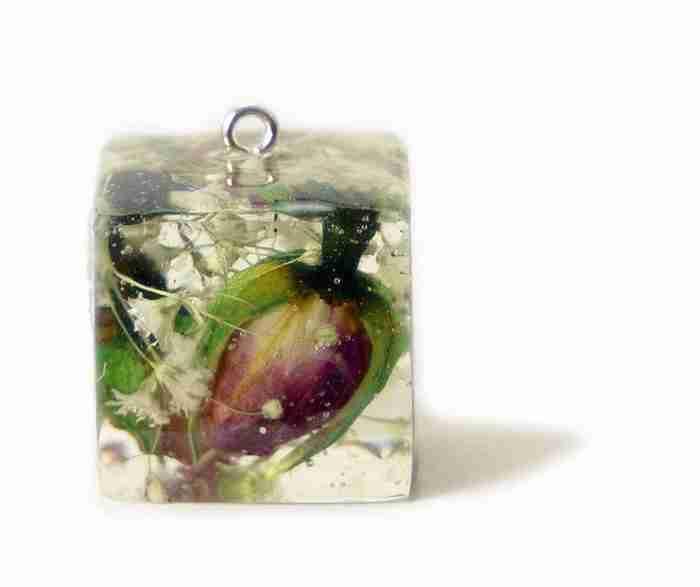 Δημιουργεί υπέροχα κοσμήματα περικλείοντας φυτά και λουλούδια με ρητίνη!