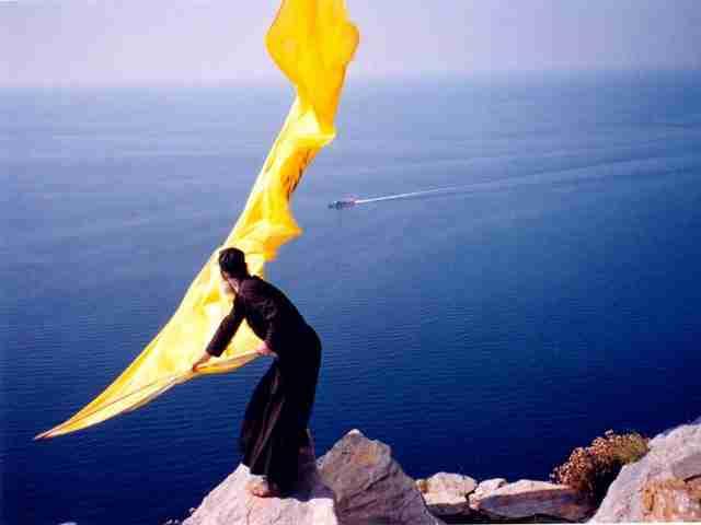 Μοναχός Ιωσήφ Αγιορείτης: Ο μοναχός που με τη σημαία του ευλογεί τους Ικάρους!