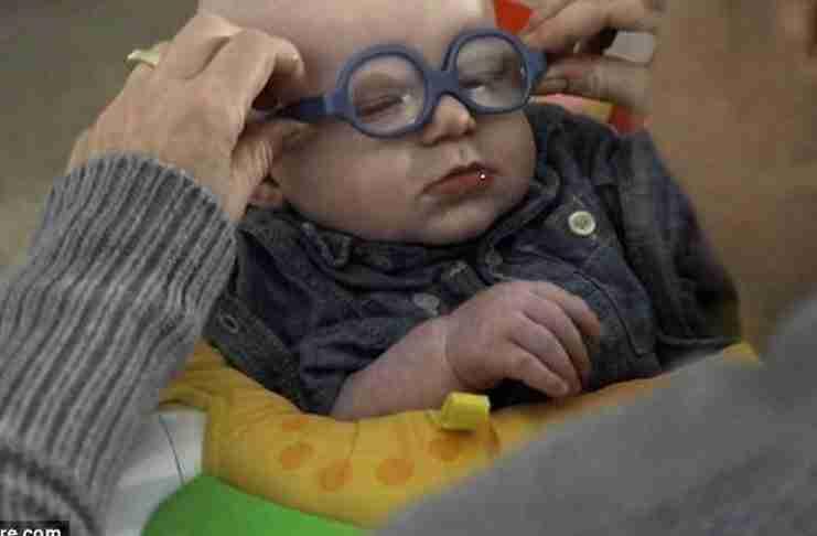 Ένα μωρό φοράει γυαλιά και βλέπει για πρώτη φορά τη μαμά του. Η αντίδραση του: Ανεκτίμητη!