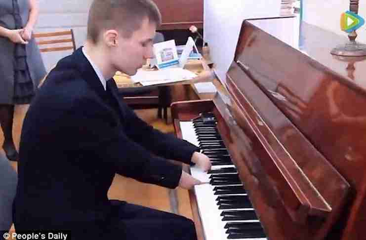 Αυτός ο 15χρονος γεννήθηκε χωρίς χέρια. Όταν παίζει πιάνο όμως κάτι μαγικό συμβαίνει!