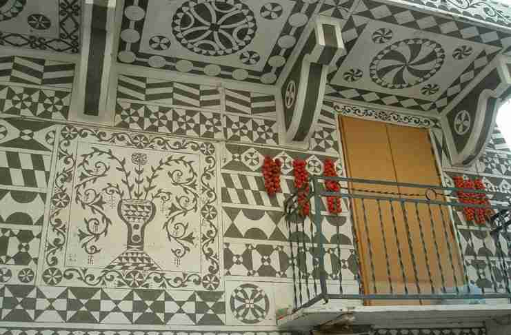 Πυργί: Το χωριό στη Χίο που τα σπίτια του είναι γεμάτα όμορφες ζωγραφιές!