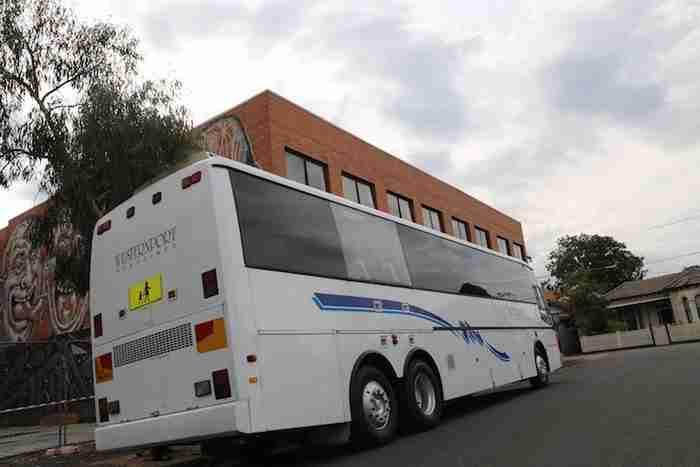 Αυτός ο Αυστραλός έχει βάλει σκοπό να αγοράσει 300 λεωφορεία! Για τον πιο απίστευτο λόγο!