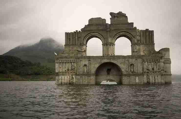 Μια εκκλησία 450 ετών αναδύθηκε σε μια λίμνη του Μεξικού!
