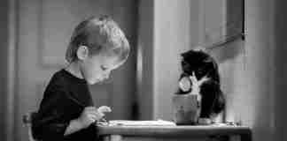 20 φωτογραφίες που αποδεικνύουν ότι όλα τα παιδιά χρειάζονται μια γάτα!