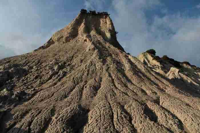 Κομόλιθοι: Οι λόφοι που θυμίζουν πυραμίδες στην Κρήτη. Ένα μοναδικό γεωλογικό φαινόμενο!