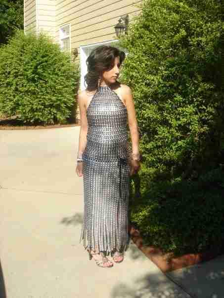 Έφτιαξε αυτό το φόρεμα μόνη της και πήγε στο σχολικό χορό. Περιμένετε μέχρι να το δείτε ολόκληρο..