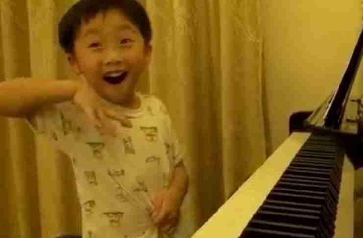 4χρονο αγοράκι παίζει πιάνο καλύτερα από πολλούς επαγγελματίες μουσικούς.. Ανεξήγητο!