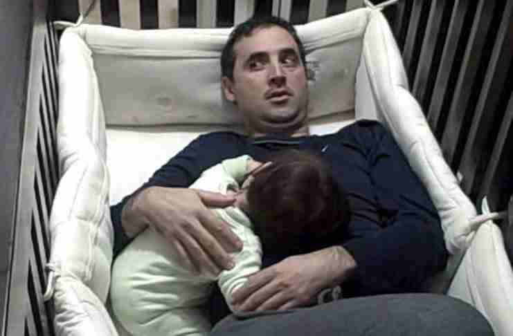 Ο μπαμπάς μπήκε στη κούνια του μωρού για να σταματήσει να κλαίει. Αλλά το πρόβλημα εμφανίστηκε μετά..