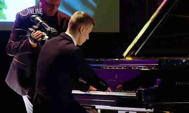 Γεννήθηκε χωρίς χέρια.. αλλά πρέπει να τον ακούσετε όταν παίζει πιάνο!