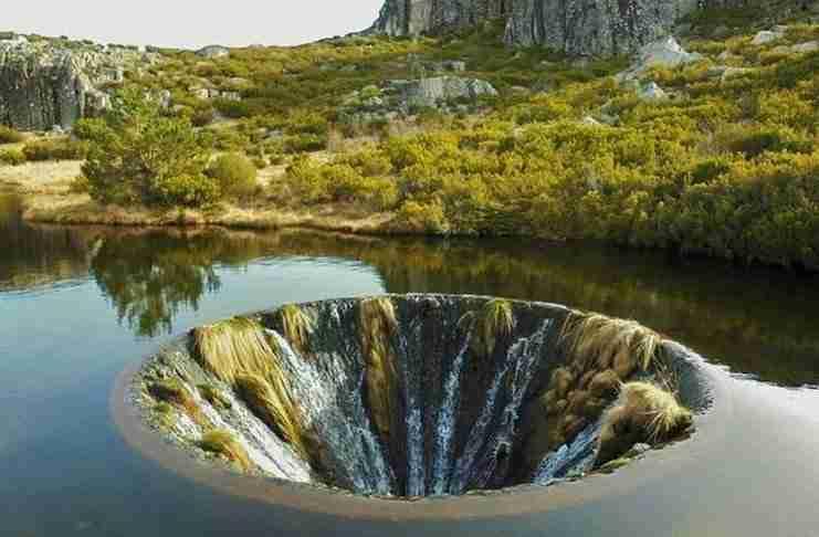 Αυτή η τρύπα μέσα σε λίμνη της Πορτογαλίας μοιάζει με πύλη σε άλλη διάσταση