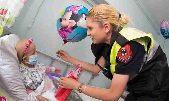 Αλβανοί αστυνομικοί ντυμένοι σουπερήρωες κάνουν έκπληξη σε νοσηλευόμενα παιδιά