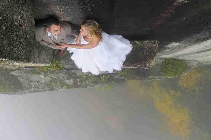Φωτογράφος κρέμεται από γκρεμό 110 μέτρων για να τραβήξει μερικές επικές φωτογραφίες γάμου!