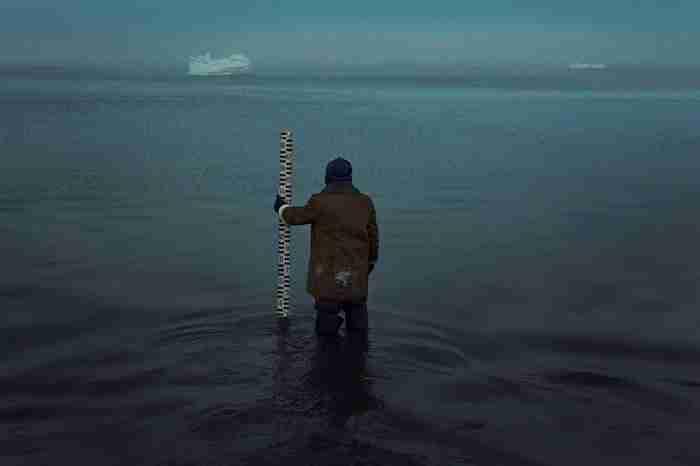 Ο άνθρωπος που κάνει το πιο μοναχικό επάγγελμα του κόσμου. Ζει στους πάγους συντροφιά με την ανάσα του