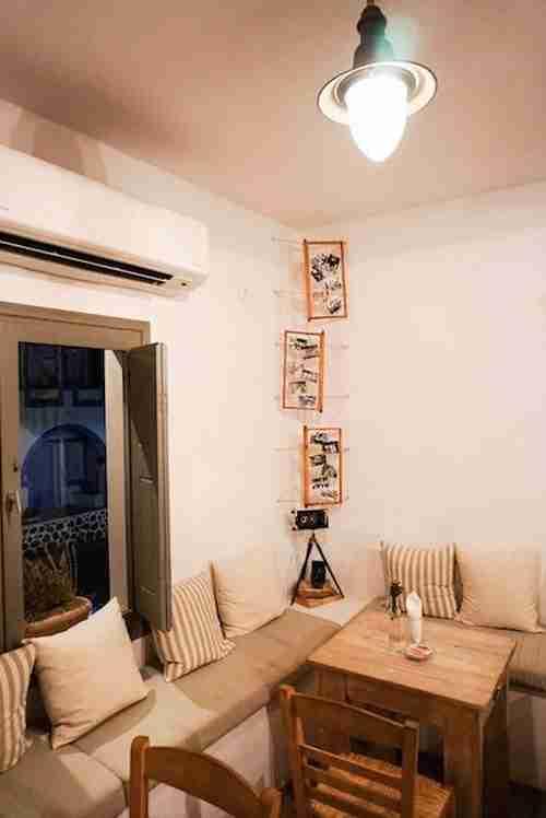 Άφησαν την Αθήνα, πήγαν στη Σαντορίνη και έφτιαξαν ένα καφενείο υπόδειγμα ομορφιάς!