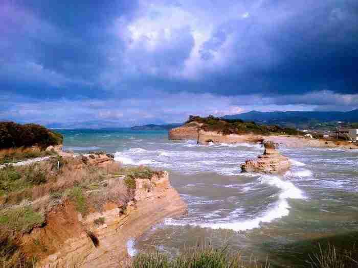 """""""Το Κανάλι της Αγάπης"""": Η πανέμορφη παραλία της Κέρκυρας που θυμίζει εξωτικό προορισμό"""
