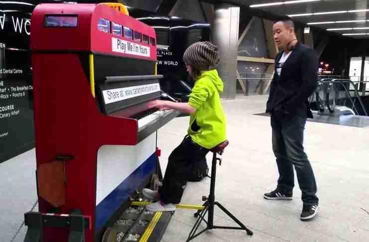 Μια 9χρονη κάθισε σε ένα δημόσιο πιάνο, άρχισε να παίζει και.. εντυπωσίασε με την δεξιοτεχνία της!